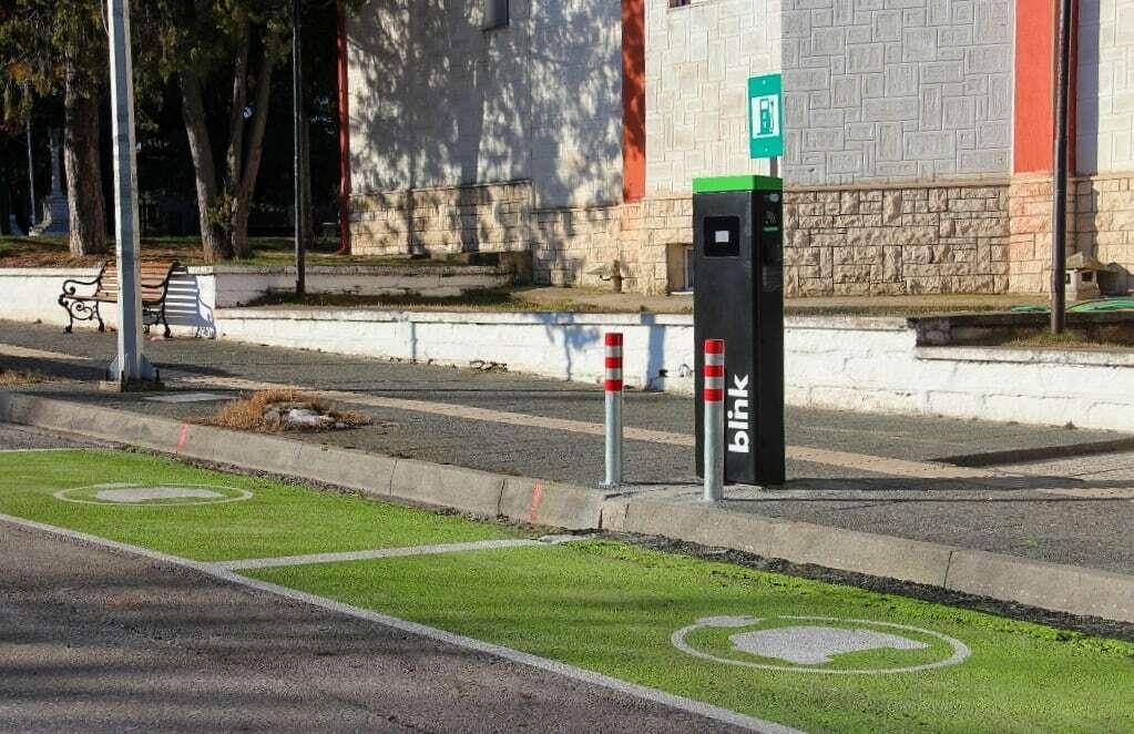 Ο σταθμός φόρτισης δύναται να φορτίζει ταυτόχρονα δύο ηλεκτρικά οχήματα και καλύπτει όλα τα διεθνή πρότυπα ηλεκτροκίνησης.