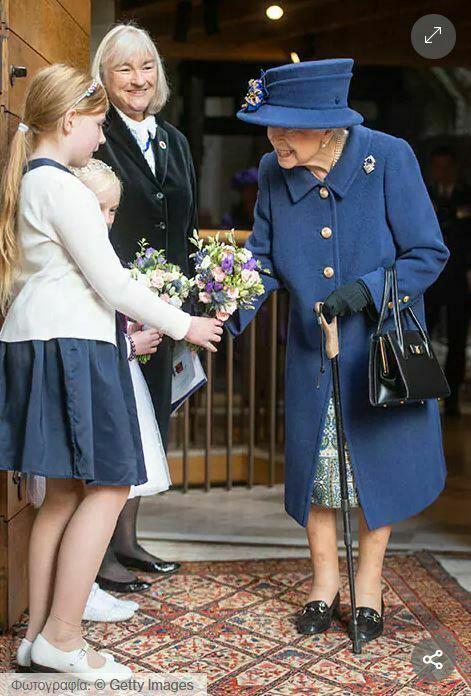 Η βασίλισσα χρησιμοποιεί μπαστούνι για πρώτη φορά μετά από 17 χρόνια σε κοινή έξοδο με την πριγκίπισσα Άννα